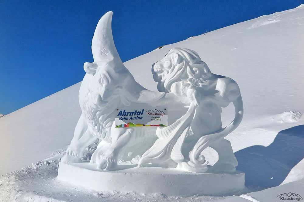 Eisskulptur am Klausberg zum Thema Welt der Tiere