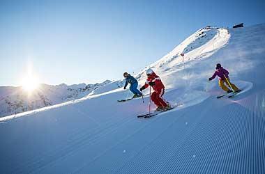 Skifahrer beim Skifahren im Sonnenaufgang in Silvretta Montafon