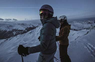Skifahrer auf dem Berg am Abend