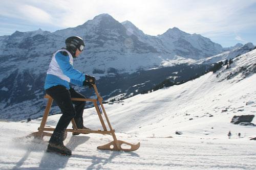 Fahrer auf dem Schneefahrrad Velogemel