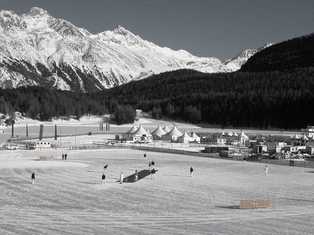 Spieler beim Cricket on Ice in St. Moritz
