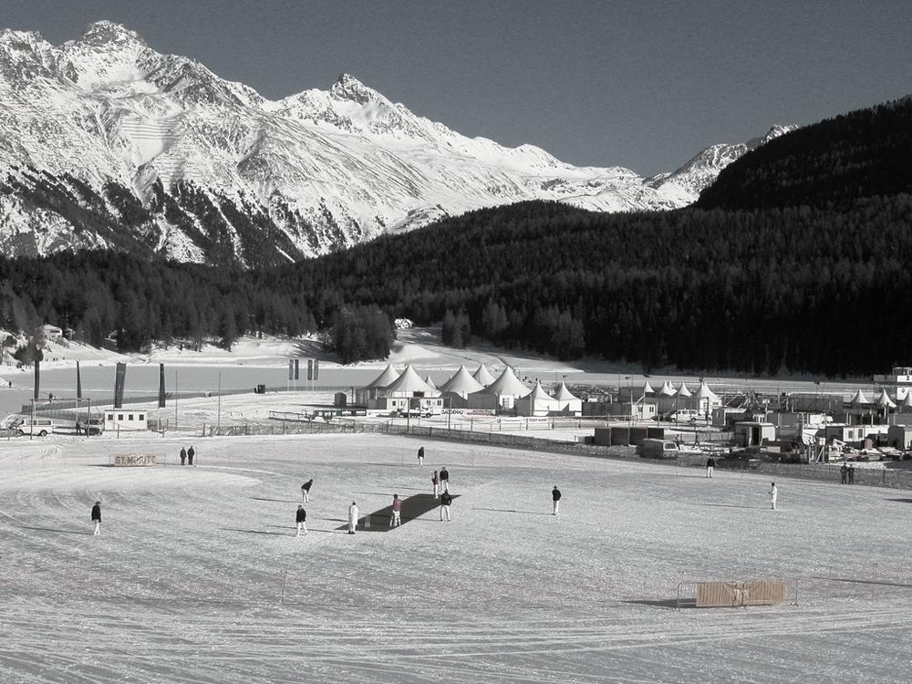 Spieler beim Cricket on Ice in St. Moritz