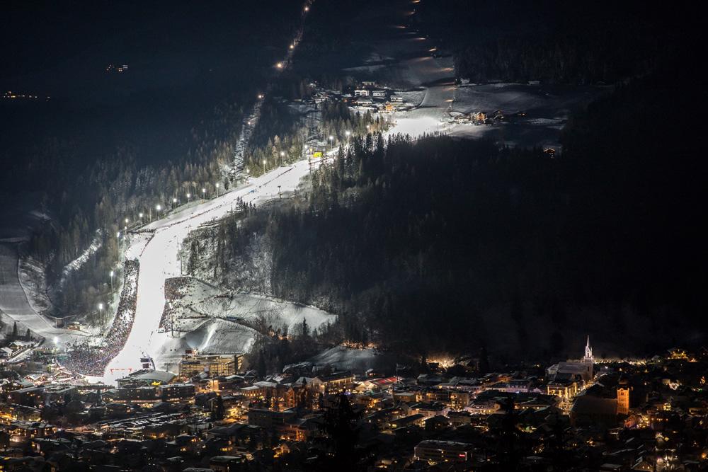 Blick auf die beleuchtete Slalom-Strecke in Schladming