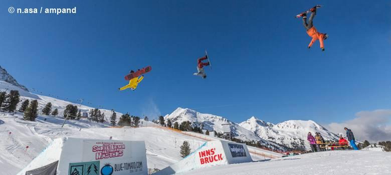 Freestyle-Snowboarder beim Sprung im KPark Kühtai