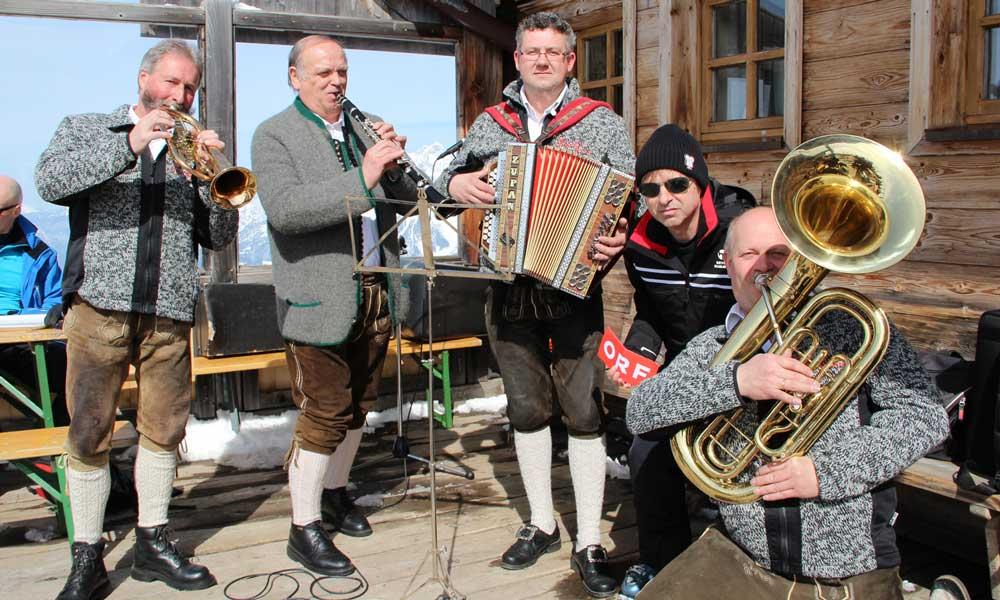 Volksmusikgruppe auf einer Skihütte während der Skihüttenroas am Hochkönig
