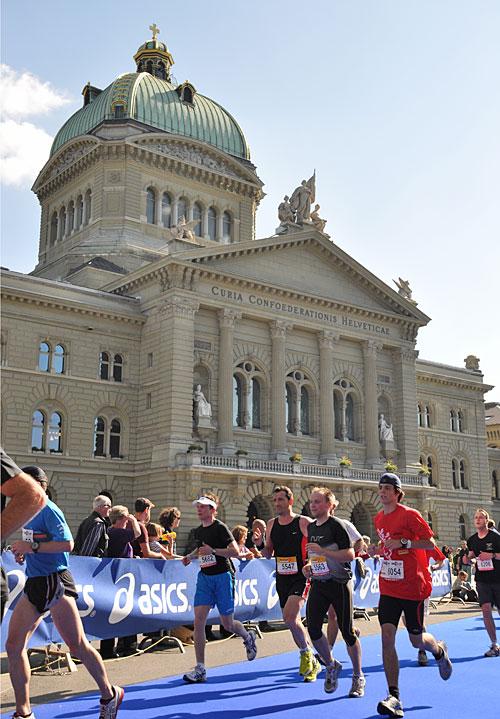 Läufer beim Grand Prix von Bern vor dem Bundeshaus