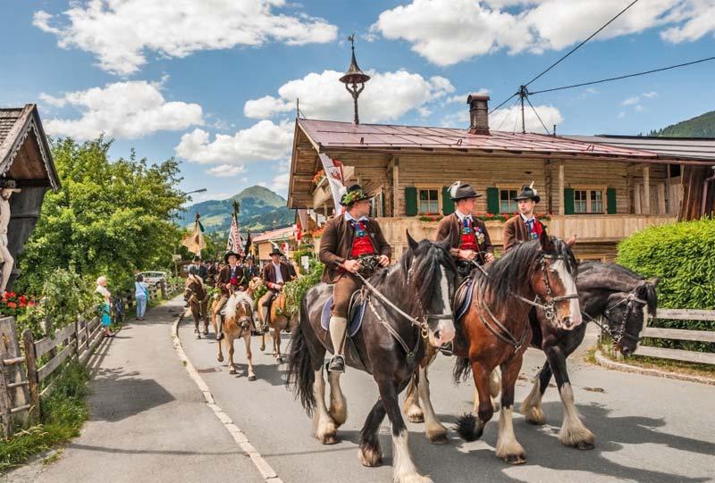 Reiter und Pferde beim Brixentaler Antlassritt in Kirchberg in Tirol