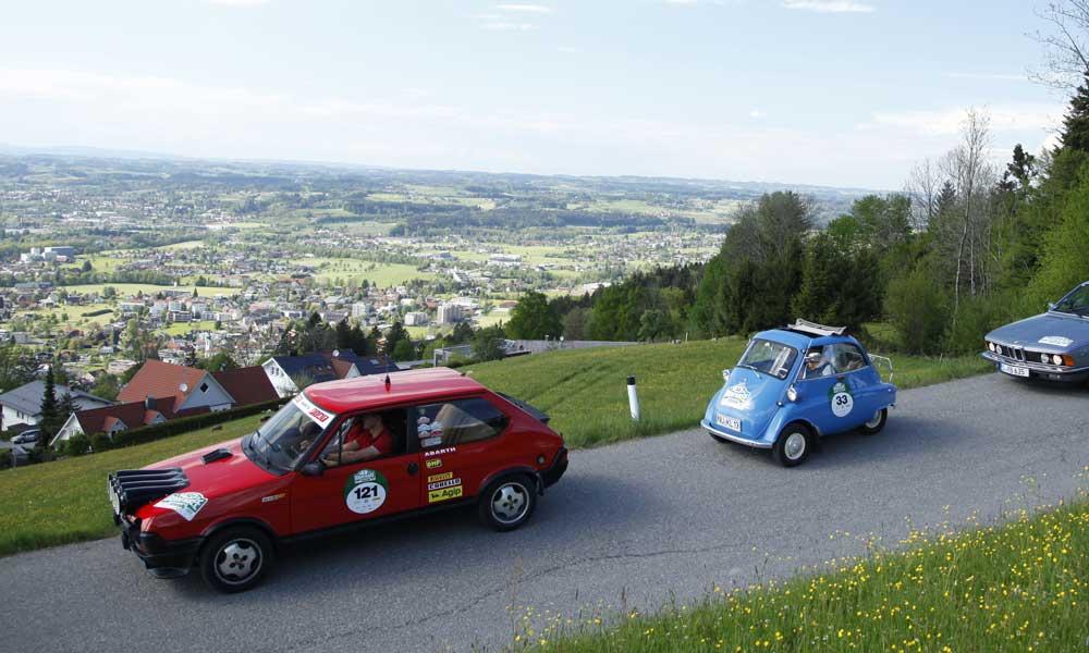 Blick auf drei Oldtimer auf der Strecke rund um den Bodensee
