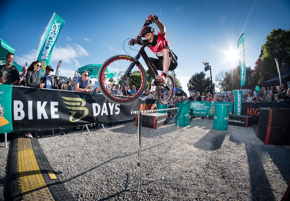 Fahrradfahrer zeigt Trick bei den Bike Days Solothurn