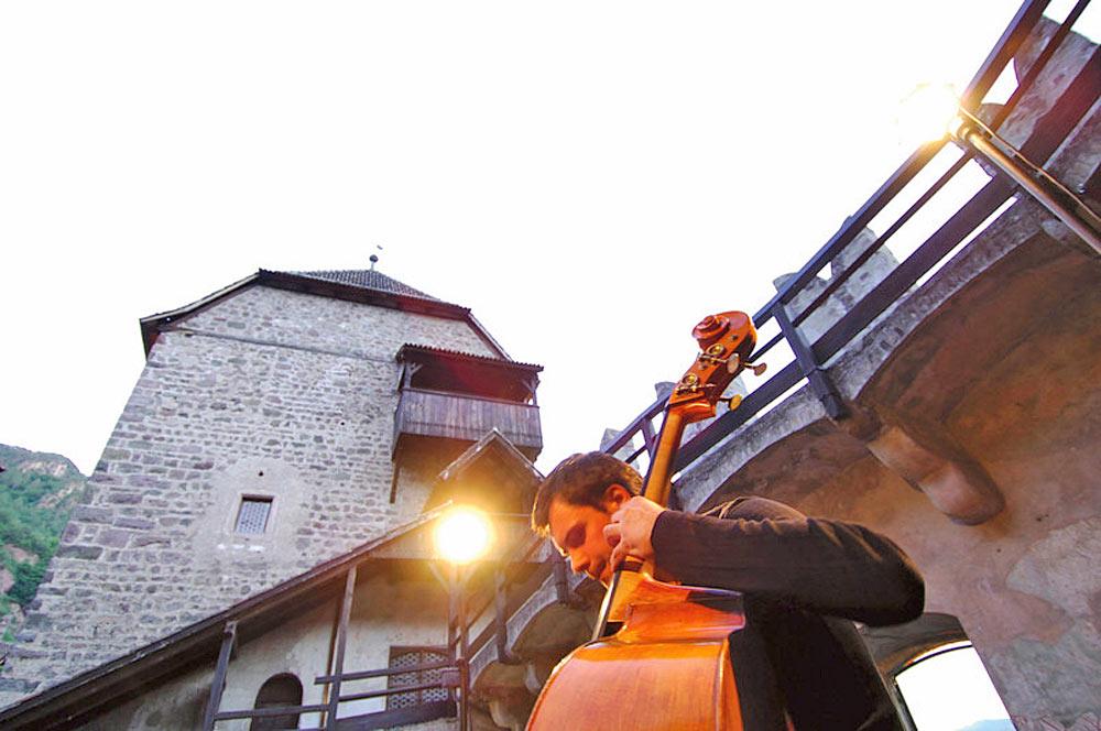 Cellist im Hof von Schloss Runkelstein in Bozen während des Südtirol Jazzfestivals