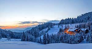 Blick auf das verschneite Hotel Bad Rain in Oberstaufen