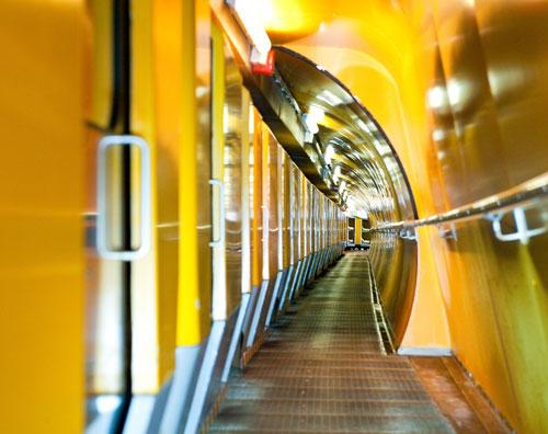 Ein Zug bringt die Patienten in den Stollen.