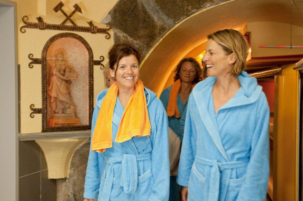 Gäste in Bademänteln im Gasteiner Heilstollen