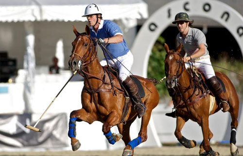 Polospieler im Duell beim Polo Cup Ascona