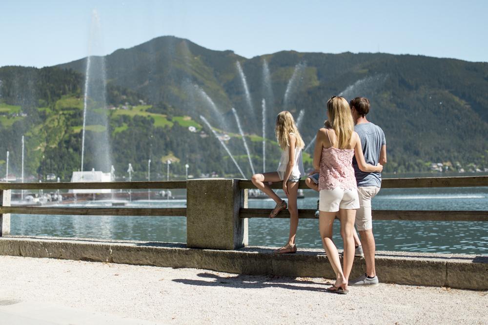 Familie an der Uferpromenade von Zell am See