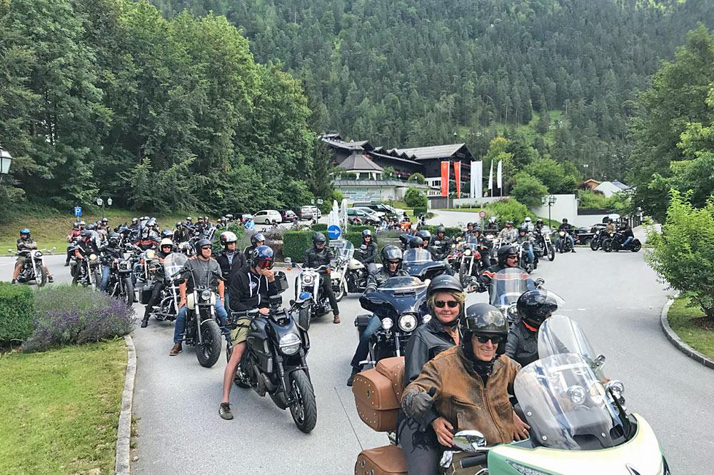 Biker bei einer Ausfahrt während des Harley-Treffens Kitz on Wheels in Kitzbühel