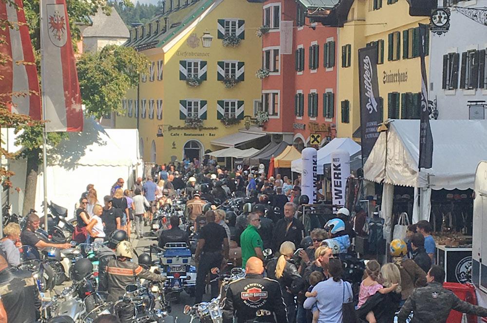 Motorräder in Kitzbühels Innenstadt