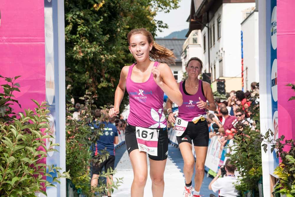 Irongirls laufen beim IronMan 70.3. ins Ziel
