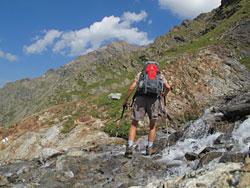 Mann beim Wandern über einen Fernwanderweg