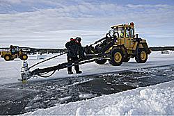 Eisblöcke werden aus dem gefrorenen Fluss gefräst