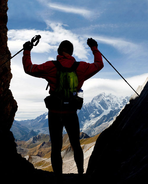 Wanderer genießt Ausblick bei der Wanderung im Aostatal