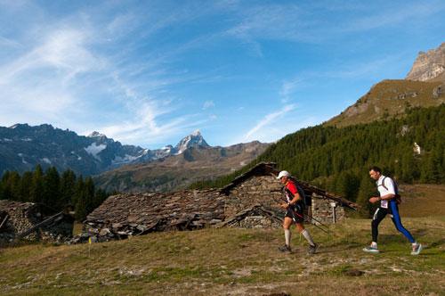 Wanderer laufen durch die Berglandschaft des Aostatals