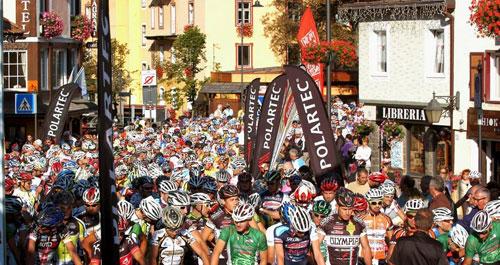 Hunderte Biker warten auf den Startschuss beim Val di Fassa Bike Marathon