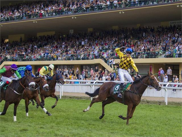 Reiter auf ihren Pferden beim großen Preis von Meran