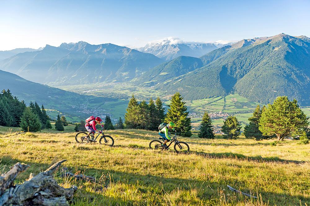 Biker in der Bergwelt der Dolomiten