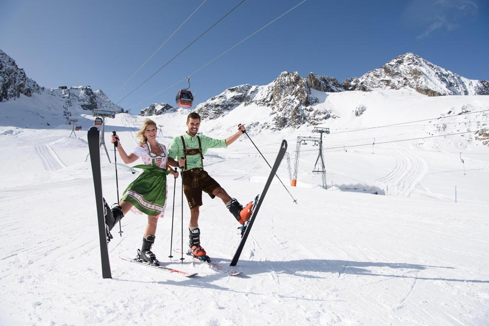 Skifahrer beim Oktoberfest am Stubaier Gletscher