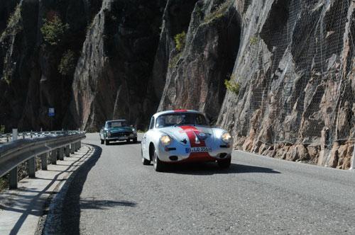 Oldtimer auf einer Höhenstraße bei der Eggentaler Herbst Classic Rallye