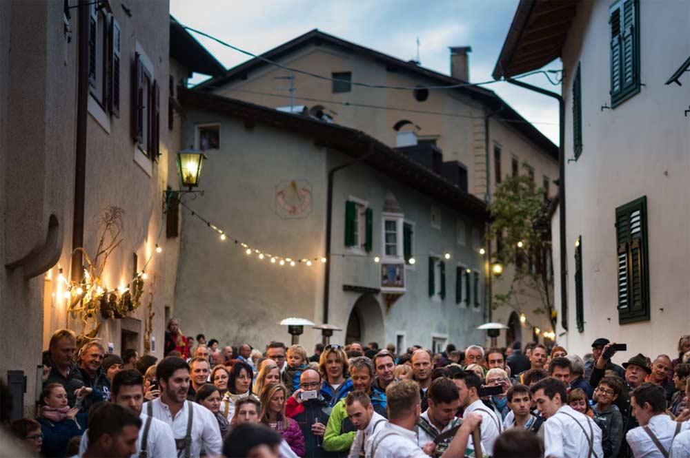 Besucher des Weinfestes schlendern durch die Gassen von Tramin
