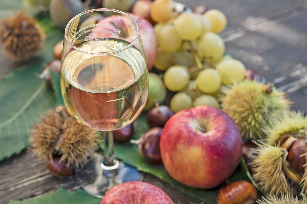 Beim Traminer Weingassl gibt es Wein, Äpfel und Kastanien