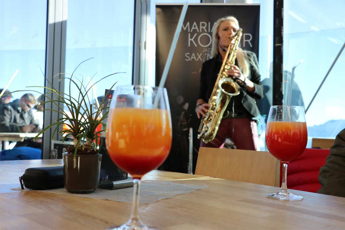 Frau mit Saxophon im Café 3.440 am Pitztaler Gletscher