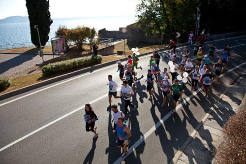 Marathonläufer auf der Strecke am Lago Maggiore