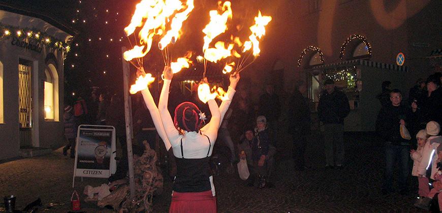 Feuershow auf dem Adventsmarkt in Hall