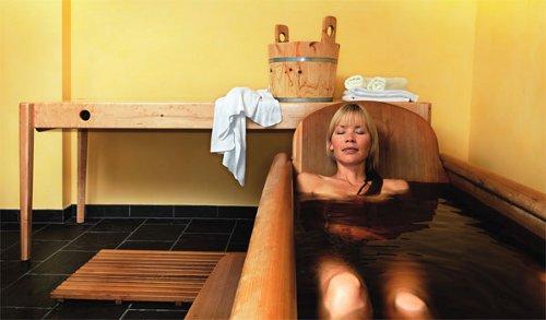 Frau entspannt im Steinölbad