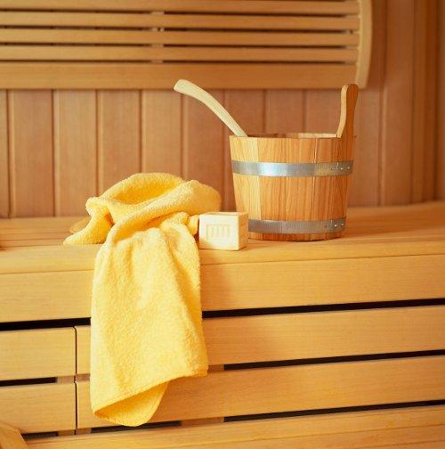 Saunakübel und Handtuch in einer Sauna