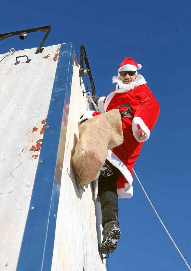 Ein Nikolaus bezwingt die Kletterwand bei einem der ClauWau-Spiele in Samnaun