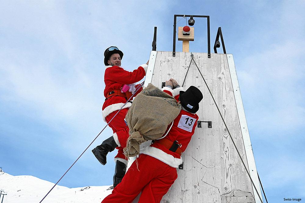 Nikoläuse an der Kletterwand bei der Nikolaus-WM in Samnaun