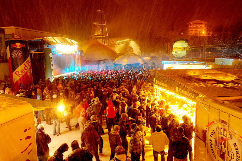 Dorfplatz in Saalbach während des Rave on snow