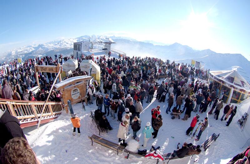 Raver feiern bei der großen Party auf dem Schattberg im Skigebiet Saalbach Hinterglemm