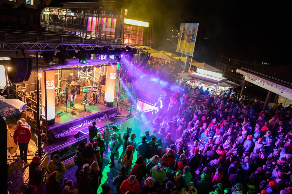 Die Bühne und Partygäste des Serfaus Fiss Ladis Snowfestivals