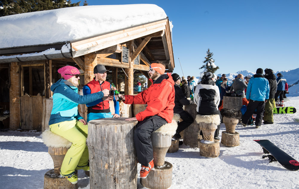 Skifahrer beim Après-Ski im Alpbachtal