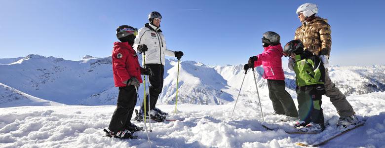 Familie beim Skifahren im Fürstentum Liechtenstein