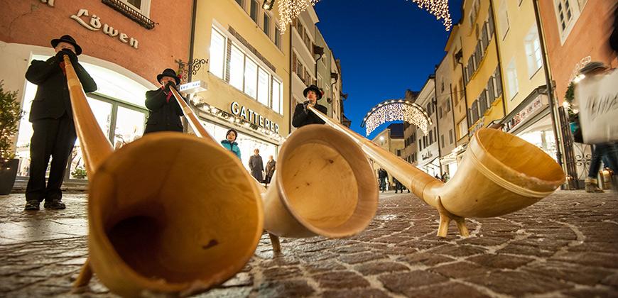 Alphornbläser auf dem Christkindlmarkt in Bruneck © Alex Filz