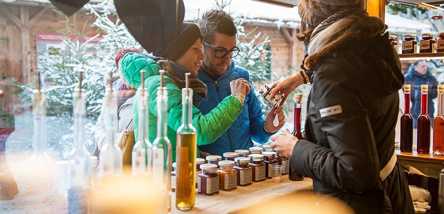 Öl und Marmelade an einem Weihnachtsmarktstand in Bruneck © Alex Filz