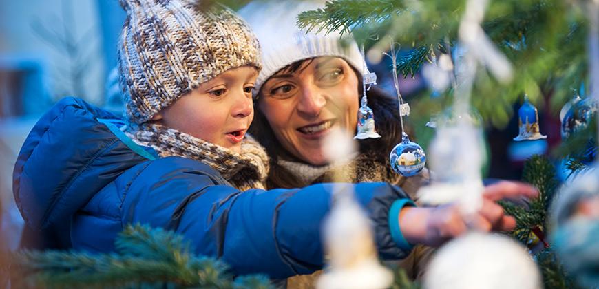 Geschmückter Weihnachtsbaum auf dem Brunecker Christkindlmarkt © Alex Filz