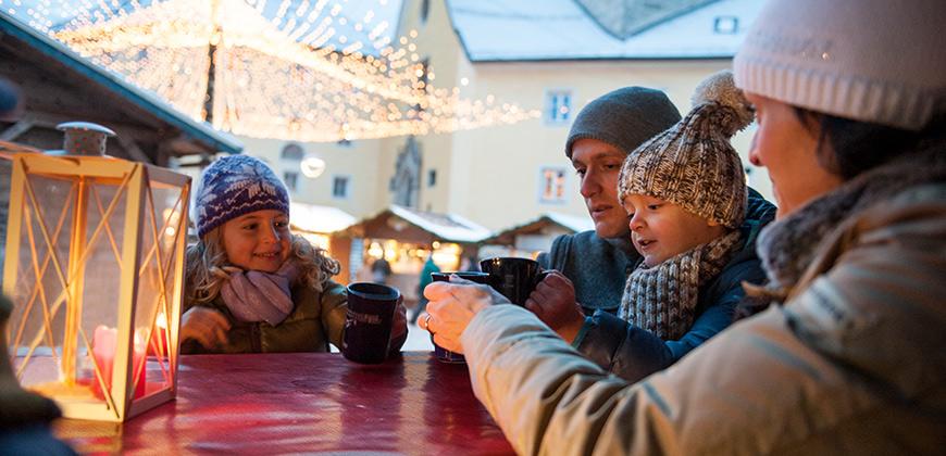 Weihnachtspunsch auf dem Brunecker Christkindlmarkt © Alex Filz
