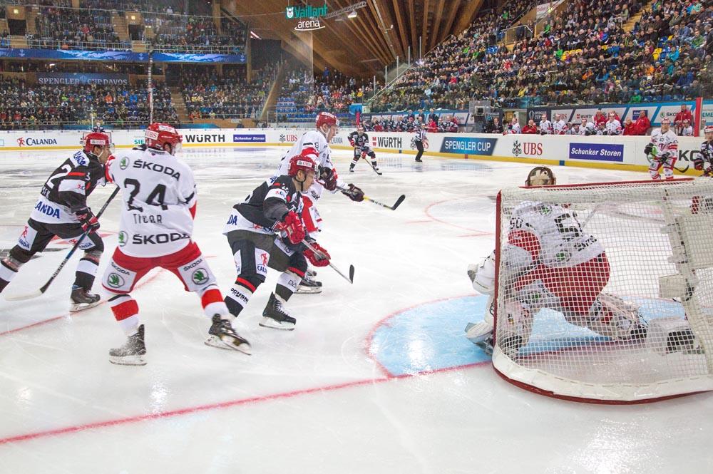 Das Spiel HK Avtomobilist Yekaterinburg gegen Mountfield HK beim Spengler Cup Davos 2016